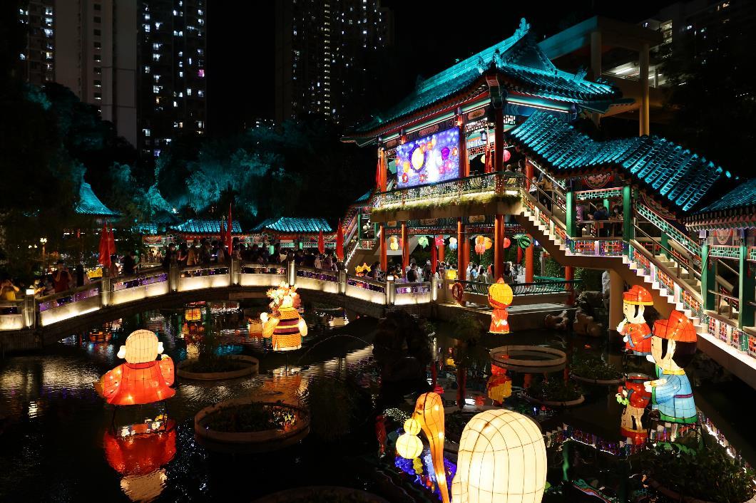 嗇色園黃大仙祠將延長展出特色花燈裝置至9月30日,讓更多市民能夠進園欣賞花燈,夜遊黃大仙祠。(1)