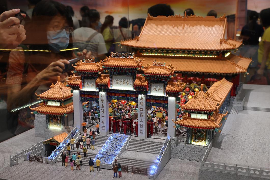 9月25日至10月3日期間,黃大仙祠將繼續舉辦「潮拜大仙祠.香港百年」微縮模型展,展出香港唯一的「黃大仙祠頭炷香盛況」微縮模型展品。